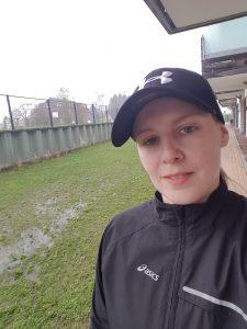 Nordisches Regenwetter - Funktionsregenjacle von Asics und Cap zum Schutz vor Nässe